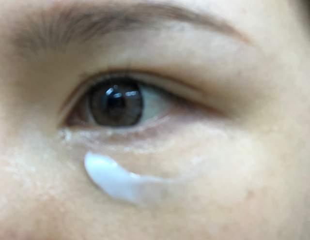 這是剛塗上EYE KIRARA眼霜後的照片